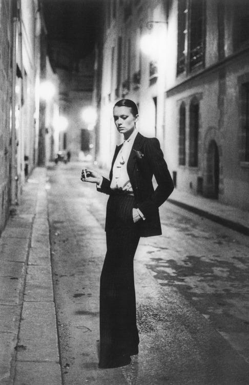 yves-saint-laurent-le-smoking-suit-im-strange-L-q7VitJ